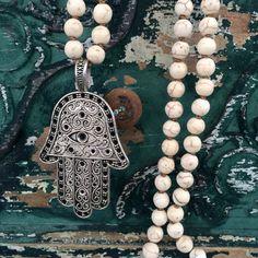 Collar XL en turquesa blanca con dije de Hamsa MOKSHA® ventas@moksha.mx