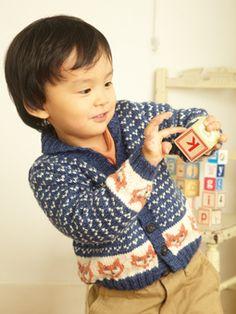 Baby cardigan with intarsia foxes! Pattern is Friedrich by Sarah Hatton from Rowan Studio knit by Dayana Knits. Fox Sweater, Baby Cardigan, Knitting For Kids, Baby Knitting, Rowan Knitting, Hipster Babys, Rowan Yarn, Mr Fox, Fox Pattern