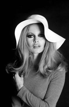 """Brigitte Bardot Brigitte Bardot, atriz e cantora francesa, considerada o grande símbolo sexual dos anos 50 e 1960. Nasceu 28 de Setembro de 1934. Seus principais filmes são """"O Desprezo"""", de Jean-Luc Godard, e """"Vida Privada"""", de Louis Malle. No verão de 1964, Brigitte Bardot mudou a vida de uma pequena cidade do litoral do Rio de Janeiro chamada Armação dos Búzios, onde ficou hospedada em suas visitas pelo Brasil. Depois de sua visita Búzios virou município e tornou-se um dos pontos mais…"""