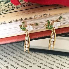 🌿🌼:: How cute is snap of our Pea Pod earrings! Bridesmaid Jewelry Sets, Bridal Jewelry Sets, Bridal Sets, Chris Ware, Art Spiegelman, 4 Tattoo, Pea Pods, Perfect Mother's Day Gift, Still Life Photography