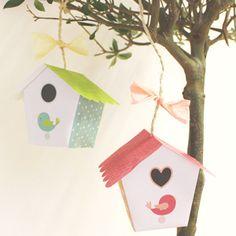 Fabriquons 2 jolies cabanes à oiseau aux tons rose et vert que l'on pourra suspendre dans la chambre des enfants. Cet atelier se réalise en un tour de main