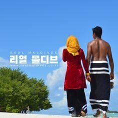 """왜 """"리얼몰디브""""는 한국의 NO.1 몰디브 전문여행사 일까요? 리얼몰디브는 몰디브에서 태어나고 자란 몰디브 사람 """"모하메드""""가 만든 여행사 입니다.  모하메드는 몰디브의 수 많은 리조트 (럭스, 콘래드, 바카루팔히, 포시즌스, 바이스로이 등)에서 근무한 호텔리어 출신으로, 지금은 한국인 아내를 만나 한국에서 살고 있답니다. 리얼몰디브의 모든 직원들은 몰디브에 대해 잘 알고, 리조트에서 근무한 경력이 있는 사람들로 구성되어 있습니다. 리얼몰디브의 서비스는 세계 최고의 서비스 호텔로 유명한 """"포시즌스 호텔&리조트""""에서 영감을 받아, 고객님들께 정성 어린 서비스와 잊지 못할 추억을 만들어 드리도록 노력하고 있습니다. 리얼몰디브의 모든 패키지는 고객님들의 니즈에 맞춰 커스텀 메이드되며, 저희는 절대 """"NO""""라는 대답을 드리지 않습니다. 고객님께서 원하시는 조건에 맞는 여행을 만들어 드릴 때까지, 리얼몰디브는 24/7 항상 깨어있습니다. #리얼몰디브 #몰디브전문여행사 """