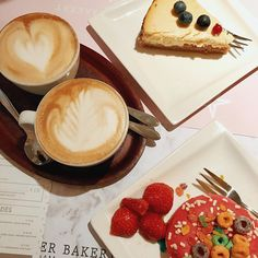 Cappuccino conversations.  #lunch #coffee #cappuccino #cheesecake #donuts #friends #amsterdam #food #girls #strawberry #blueberry #pie
