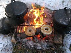crazybushcraftzone:  Bagels on the barbecue! Found on http://wintertrekking.comFollow Bushcraft Zone on Tumblr!