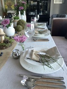 http://anettewillemine.com/  - Table setting, tablescape in inspired by natures own colors. with moss, berries and flowers, made for a Confirmation. Borddekking i naturens farger med mose, lin, bær og blomster, til konfirmasjon.