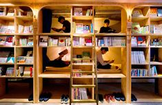 本棚の中にのぞくのは2段ベッド――。「コンセプトは泊まれる本屋さん」という宿泊施設「BOOK AND BED TOKYO」が5日、東京・池袋駅西口に開業した。 宿泊者は、本棚に並ぶ約1700冊から自…