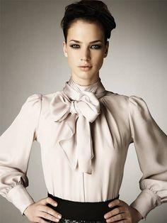 Многие дизайнеры предлагают актуальные блузки с бантом. Модели Шанель и Botega на фото выглядят потрясающе.