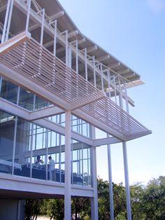 CEMER por Picciotto Arquitectos. El Centro Mexicano de Energías Renovables –CEMER- es un edificio construido en 2009 (proyecto ganador en el Concurso Gobierno de Guanajuato), ubicado en Salamanca, México. La idea de su creación fue que el espacio se destinara a la investigación e impulso de energías renovables y desarrollo de eficiencia energética.  http://www.podiomx.com/2012/11/cemer-por-picciotto-arquitectos.html