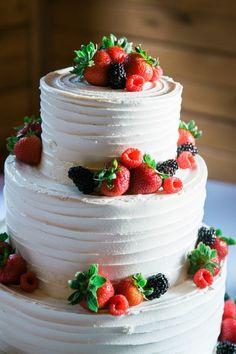 Summer wedding cake idea - three-tier, buttercream frosted cake with fresh berries {Jen Burrell Photography} Berry Wedding Cake, Summer Wedding Cakes, White Wedding Cakes, Cool Wedding Cakes, Wedding Cake Designs, Purple Wedding, Gold Wedding, Rustic Wedding, Fondant Wedding Cakes