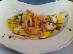 Insalata di porcini freschi e calamari alla piastra, salsa tuorlo d'uovo e senape