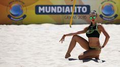 Hingucker: Eine Cheerleaderin posiert bei der Beach Soccer Mundialito in Portugal im heißen Sand