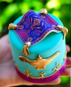 Shining, shimmering, splendid creation from Amorette's Patisserie! Introducing the new Aladdin-inspired petit cake… Disney Desserts, Disney Cupcakes, Disney Food, Cupcake Cakes, Festa Tema Arabian Nights, Arabian Nights Party, Jasmin Party, Princess Jasmine Party, Cinderella Princess