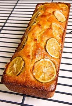 すだちをスライスし、ハチミツ、砂糖に浸してつくったシロップと、香り豊かな皮を練りこんだ生地の上に、シロップをとったすだちのスライスを並べて、見た目も可愛いパウンドケーキです。 Pineapple, Sweets, Baking, Fruit, Cake, Recipes, Food, Drink, Happy