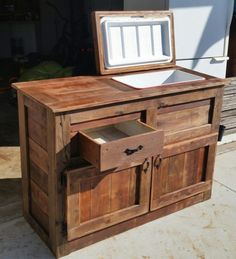 Brilliant DIY Cooler Tables for the Patio (with built-in coolers, sinks, and ice boxes) Deck Cooler, Wood Cooler, Cooler Stand, Outdoor Cooler, Pallet Cooler, Outdoor Kitchen Grill, Outdoor Kitchen Design, Outdoor Kitchens, Outdoor Furniture Plans
