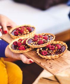 Recette dessert : des petites tartelettes chocolat-framboises idéale pour des repas en famille.