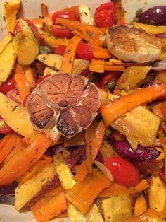 Groentenschotel met zoete aardappel. winterpeen, rode ui, knoflook en partytomaatjes, in een dressing van olijfolie, rozemarijn, tijm, mosterd, appelstroop en kappertjes