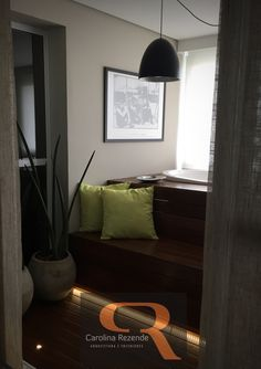 Decoração de Terraço de apartamento.  Ofurô em deck de madeira. Iluminação indireta por balizadores e fita de led. Vasos de cimento rústico. Espada de São Jorge