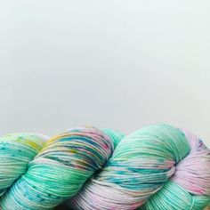 Que levante la mano quien teje lana incluso en meses de calor... .  . #lana #lanas #yarn #wool #litlg #handdyedyarn #speckledyarn #lifeinthelonggrassyarn #aquarius #yarnshop #ohlanas #lanasconhistoria #yarnlove #yarnstagram #knit #knittieg #knitting #yarnofig #knitlife #punto #tricot #crochet #tejoyque #ganchillo #tejiendo #tejermola #letsknit