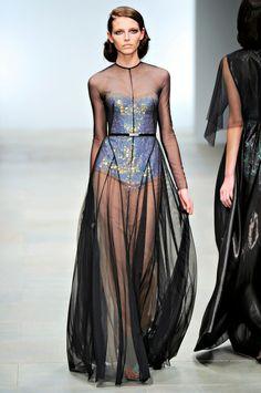 Modeinspiration: Helldunkel im Marios Schwab Frühjahr 2012 Couture Fashion, Runway Fashion, High Fashion, Fashion Show, Womens Fashion, Fashion Design, Dress Fashion, Fashion Fashion, Sheer Dress