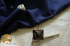 Très belle pince à cravate Rôliste, alliant esprit geek et élégance, avec son dé à 8 faces marbré de noir et d'orange. Un accessoire fantaisie, mais qui reste cependant sobre : effet garanti !