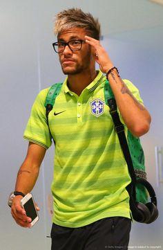 Daily Fresh World Soccer News Lionel Messi Barcelona, Fc Barcelona, Neymar Jr Hairstyle, Brazilian Soccer Players, Neymar Brazil, Neymar Pic, Neymar Football, Football Players, Cristiano Ronaldo
