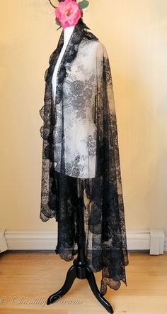 Gorgeous Antique French Black Chantilly Lace Rectangular Shawl ~ Circa Early 1900s