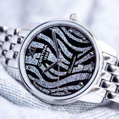 Certina DS-8 Lady Silver C0330511105800 upealla kellotaululla ja teräsrannekkeella. Laadukas sveitsiläinen COSC-sertifioitu quartz-koneisto ja naarmuuntumaton safiirilasi. Teräsrungon halkaisija on 27,5mm. Kellossa on päivyri. Pocket Watch, Watches, Lady, Silver, Accessories, Wristwatches, Clocks, Pocket Watches, Money