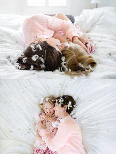 """Коллекция фотоидей! ДОбавьте чуть-чуть перьев для съемки мамы с дочкой и атмосфера Вам обеспечена! Внимание: лучше использовать однотонное белое постельное белье. Автор: Barb """"Jinky"""" Uil"""