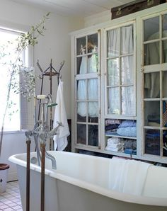 Shabby Chic glass armoire for the bedroom. I would use beige linen for interior curtains on some of the glass doors. Baños Shabby Chic, White Cupboards, Interior And Exterior, Interior Design, Laundry In Bathroom, Bathroom Storage, Glass Bathroom, White Bathroom, Bathroom Wall