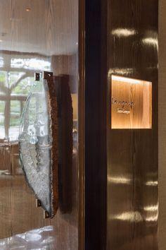 """Casa Clara, casa tropical à beira mar, situada em Miami, teve o projeto assinado por Ralph Choeff e Ruben Gomez do estúdio """"Choeff Levy Fischman Architects"""", que reproduziram com precisão o Miami lifestyle. Os arquitetos primaram por detalhes exclusivos, acabamentos sofisticados e personalização extrema dos ambientes. Uma vista deslumbrante, peças exclusivas de mobiliário, enormes paredes… Leia mais Casa Clara – Miami"""