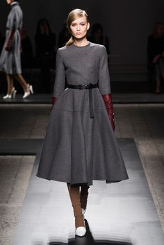 See the entire collection from the Ports 1961 Fall 2013 Ready-to-Wear runway show. Modern Fashion, Fashion Show, Vintage Fashion, Fashion Outfits, Fashion Design, Fashion Check, Fashion Details, Fashion Styles, Womens Fashion