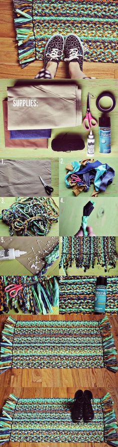 Maak een kleedje met oude stoffen, denk aan kleding die stuk zijn etc. Vlecht het en plak het op een ondergrond. Dan heb je een leuk kleedje voor bijvoorbeeld je kinderen op de kamer of gewoon in de gang.