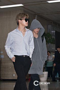 jimin n jungkook Jimin Jungkook, Kim Namjoon, Kim Taehyung, Yoongi, Bts Bangtan Boy, Jung Hoseok, Seokjin, Bts Airport, Airport Outfits