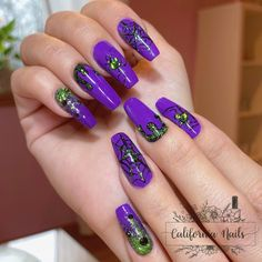 🕷I'm ready for SpoOoky time!👻 I used all @LightEleganceHQ products to create these Halloween gel nails: - LE Neon Purple Gel Paint - LE Primary Black Gel Paint - LE Kiwi to my Heart Glitter Gel - LE 1-Step Gel - Swarovski Crystals from @scattercrystals -Gel products are from @neglakademiet • • • • • #CaliforniaNails #Vindafjord #Norge #Norway #negler #Ølen #glitter #glitternails #glittergel #gelnails #lighteleganceproducts #lightelegancegel #lightelegance #swarovskinails #naglar… Purple Halloween, Halloween Nails, Neon Purple, Green And Purple, Swarovski Nails, Swarovski Crystals, Kiwi, California Nails, Light Elegance