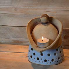 andělík a modré z nebe Rozměry - 13cm x 10cm x výška 17cm Svíčku můžete vložit do paciček, ale i pod andílka (Noční foto, je jen pro představu jak se krásně prosvítí, když se zapálí svíčky, andělíčka jsem ještě nenafotila za tmy :-)