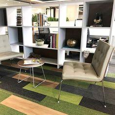 Mesas livianas y versátiles, para reuniones informales o como opción de sitio de trabajo y encuentro dentro de la oficina, cuenta con… Instagram, Environment, The Office, Reunions, Chairs, Space, Mesas, Trendy Tree, Elegant