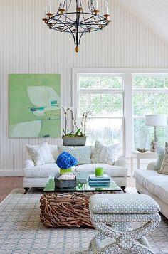 Często w ramach home stagingu dokupuje się różnego rodzaju dodatki np. poduszki, pledy, wazony, obrazy. Warto zwrócić uwagę, aby wnętrze było zgodne z tym co aktualnie dzieje się za oknem. wiosną sprawdzą się lekkie, pastelowe kolory. Nadają one wnętrzu lekkości i świeżości tak pożodanych po zimie. Potencjalni nabywcy będą zachwyceni!  #homestaging #porady #sprzedaznieruchomosci