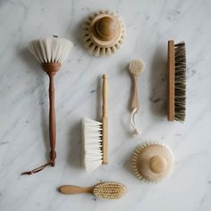 The goat hair bristles on this small hand brush are ultra soft and attract the finest dust. Magnificent for dusting shelves, tables, books or plant leaves.