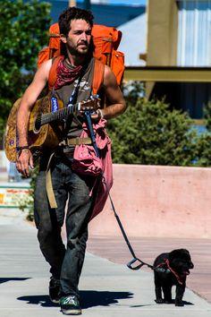 Santa Fe /buscando el lugar adecuado para empezar su día de trabajo tocando para el público callejero.