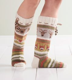 Ruskan värit ja metsän eläimet vuorottelevat nyörein somistetuissa kirjoneulesukissa. Crochet Socks, Knitted Slippers, Slipper Socks, Knitting Socks, Hand Knitting, Knitting Patterns, Knit Crochet, Woolen Socks, Cozy Socks