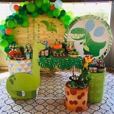 La imagen puede contener: planta e interior Dragon Birthday Parties, Dinosaur Birthday Cakes, Birthday Party Decorations, Die Dinos Baby, Baby Dino, Baby Boy Birthday, Baby Party, T Rex, Ideas Decoración