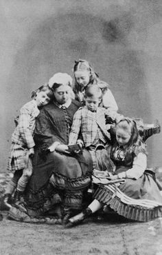 Queen Victoria seated looking down at picture. The children, from left to right: Prince Albert Victor, Princess Victoria of Hesse, Prince George (later King George V) Princess Elizabeth of Hesse (later Grand Duchess Elizabeth Feodorovna). Queen Victoria Children, Queen Victoria Family, Queen Victoria Prince Albert, Victoria Reign, Victoria And Albert, Princesa Elizabeth, Victoria's Children, Kids, Prince Albert