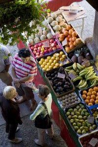 Une ambiance à découvrir... le marché de Questembert, tous les lundis matins (photo Maxence Gross)