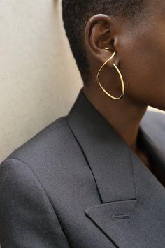 Charlotte Chesnais, Absolventin des Studio Berçot in Paris, arbeitete mit Nicolas Gh . - Charlotte Chesnais, Absolventin des Studio Berçot in Paris, arbeitete mit Nicolas Gh … – On th - Statement Jewelry, Gold Jewelry, Jewelry Accessories, Jewelry Design, Wire Jewelry, Jewelry Ideas, Balenciaga, Bijou Box, Fashion Gone Rouge
