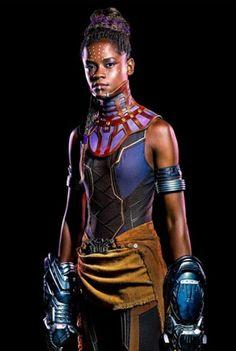Outra guerreira é interpretada por Letitia Wright. A princesa de Wakanda apresenta uma versão do acessório no pescoço que é mais prática pras cenas de ação, né?