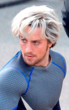Bleach blonde Aaron Taylor-Johnson on the set of Avengers: Age Of Ultron Avengers Characters, Avengers Age, Quicksilver Avengers, Marvel Vs, Marvel Memes, New Iron Man, Superfamily Avengers, Aaron Taylor Johnson, Man Thing Marvel