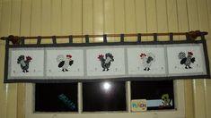 Bandô de galinhas em patchwork com detalhes bordados à mão.  Confeccionada em tecidos de algodão e manta acrílica com passantes para usar com varão.  Tamanho 180x30 cm.  Feito sob encomenda em cores a escolher.  Para outros tamanhos solicite orçamento. R$ 126,44