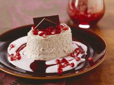 Gingerbread ice cream with pomegranate sauce Yogurt Ice Cream, Frozen Yoghurt, Winter Desserts, Gelato, Dessert Drinks, Dessert Recipes, Pomegranate Sauce, Xmas Dinner, Sweets Cake