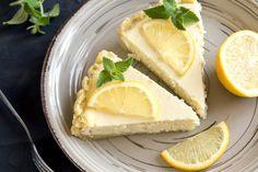 Prøv denne super nemme Raw Lemon Cheesecake, der er fri for det besværlige husblas, og som ikke skal bages. Den er tilmed glutenfri og uden mel og sukker.