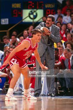 Fotografia de notícias : Phil Jackson of the Chicago Bulls points during...